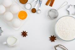 Cocinando el plano que cuece ponga el fondo con las herramientas de la cocina de la harina de los huevos Fotos de archivo libres de regalías