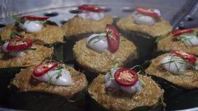 Cocinando el plato Amok también llamó el curry Pâté de Ho Mok Pla o de los pescados en vapor Cocina asiática auténtica en la no metrajes