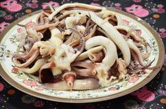 Cocinando el pulpo y el calamar hervidos Fotografía de archivo
