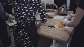 Cocinando el taller, preparación de la calabaza, resbalador tirado metrajes