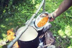 Cocinando en un viaje que camina, comiendo en las montañas, turismo El cocinar en la participación fotografía de archivo
