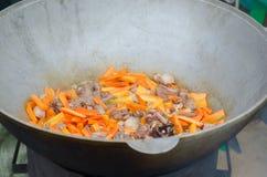 Cocinando la carne al aire libre en caldera del arrabio Fotografía de archivo