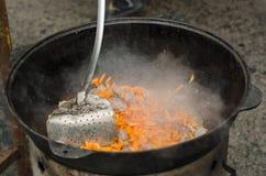 Cocinando la carne al aire libre en caldera del arrabio Foto de archivo