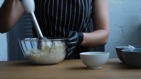 Cocinando la crema de la cuajada, del queso cremoso y de la crema para hacer la torta del nuez-plátano, el proceso completo de ha almacen de metraje de vídeo