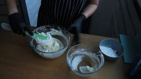 Cocinando la crema de la cuajada, del queso cremoso y de la crema para hacer la torta del nuez-pl?tano, el proceso completo de ha almacen de video