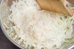 Cocinando la ensalada sana en casa en la cocina foto de archivo libre de regalías