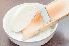 Cocinando la ensalada sana en casa en la cocina fotos de archivo
