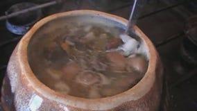 Cocinando la sopa con el pollo y las setas, almacen de video