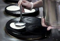 Cocinando las crepes, las crepes que cocían, tostaron las crepes Fotografía de archivo