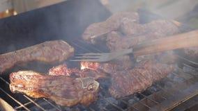 Cocinando los filetes de carne de vaca en una barbacoa ase a la parrilla el time lapse almacen de video