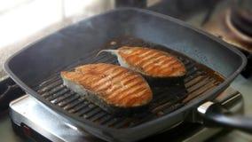 Cocinando los filetes de color salmón en la parrilla critican y presentan almacen de video