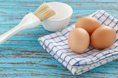 Cocinando los huevos todavía ruborícese la vida de madera del vintage de la teca de la cocina de la taza de la mantelería Fotografía de archivo