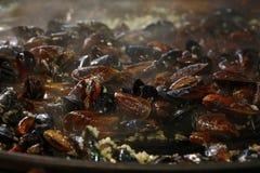 Cocinando los mejillones asados cocidos al vapor cerca para arriba Imagenes de archivo