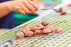 Cocinando para el compartimiento de los vagos de Kanom, los macarrones de coco tailandeses del postre, son un tr fotografía de archivo