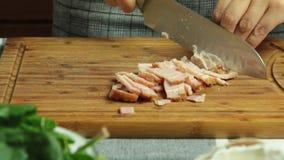 Cocinando receta y cortar de la quiche el tocino metrajes