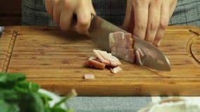 Cocinando receta y cortar de la quiche el tocino almacen de metraje de vídeo