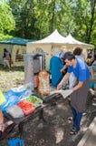 Cocinando shawarma de los alimentos de preparación rápida al aire libre en el parque en HOL tártara Imagen de archivo