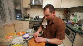 Cocinando un sushi en casa almacen de metraje de vídeo