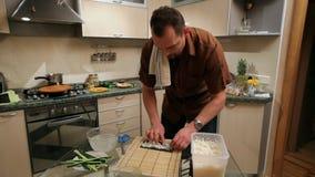 Cocinando un sushi en casa almacen de video