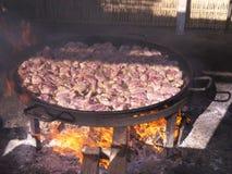 Cocinando una cacerola enorme de paella en Burriana vare en Nerja Andalucía España Fotos de archivo