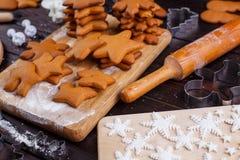 Cocinando y adornando las galletas del pan de jengibre de la Navidad Cocinero cocido Imagen de archivo