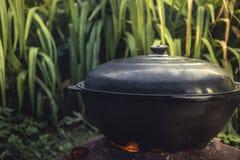 Cocinar al aire libre el wok que cocina el pote en el fuego que prepara el fondo de la comida Imagenes de archivo