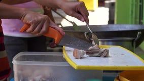 Cocinar al contendiente taja la carne con objeto de la reunión de cocinar alimenticia almacen de video