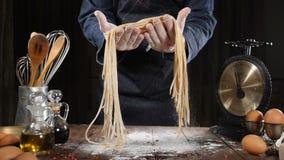Cocinar arte Pastas hechas en casa en manos del cocinero en la cámara lenta Fabricación hecha a mano de las pastas por el restaur almacen de metraje de vídeo