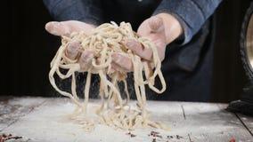 Cocinar arte Pastas hechas en casa en manos del cocinero en la cámara lenta Fabricación hecha a mano de las pastas por el restaur metrajes