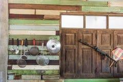 Cocinar caída de los instrumentos en la pared de madera Fotos de archivo