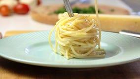 Cocinar carbonara de los espaguetis metrajes