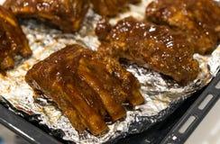 Cocinar costillas de cerdo de la barbacoa Foto de archivo libre de regalías