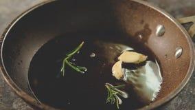 Cocinar el aceite de romero del ajo de las hierbas del condimento de la receta metrajes