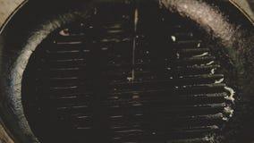 Cocinar el aceite de romero del ajo de las hierbas del condimento de la receta almacen de metraje de vídeo