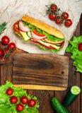 Cocinar el almuerzo, el bocadillo con la carne y verduras en la tabla de madera Foto de archivo