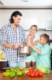 Cocinar el almuerzo veggy en cocina Fotos de archivo libres de regalías