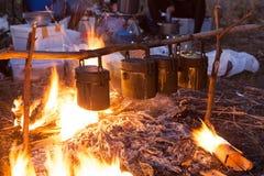 Cocinar el arroz de acampar en bosque Fotografía de archivo