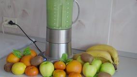 Cocinar el cóctel verde en la tabla de cocina smoothies metrajes
