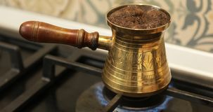 Cocinar el café turco en el cezve de cobre almacen de video