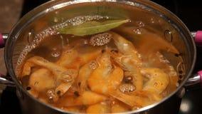 Cocinar el camarón Camarón de ebullición Cocinero que cocina el camarón almacen de metraje de vídeo