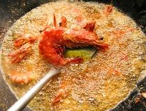 Cocinar el camarón frito en aceite de ebullición Fotos de archivo