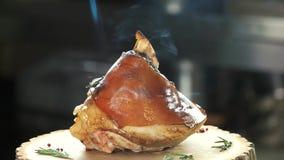 Cocinar el cerdo con la antorcha de la cocina almacen de metraje de vídeo