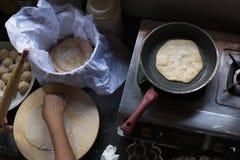 Cocinar el chapati en Goa, la India imagenes de archivo