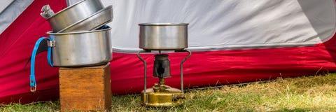 Cocinar el equipo en un sitio para acampar foto de archivo