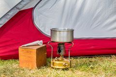 Cocinar el equipo en un sitio para acampar imagenes de archivo