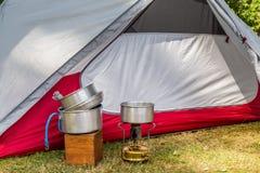Cocinar el equipo en un sitio para acampar imagen de archivo