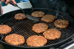 Cocinar el fondo asado a la parrilla de la chuleta de la hamburguesa imagen de archivo