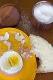 Cocinar el huevo imagen de archivo