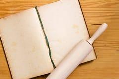 Cocinar el libro y el rodillo Foto de archivo