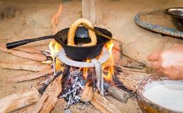 Cocinar el pan de Sel Roti o del Nepali fotos de archivo